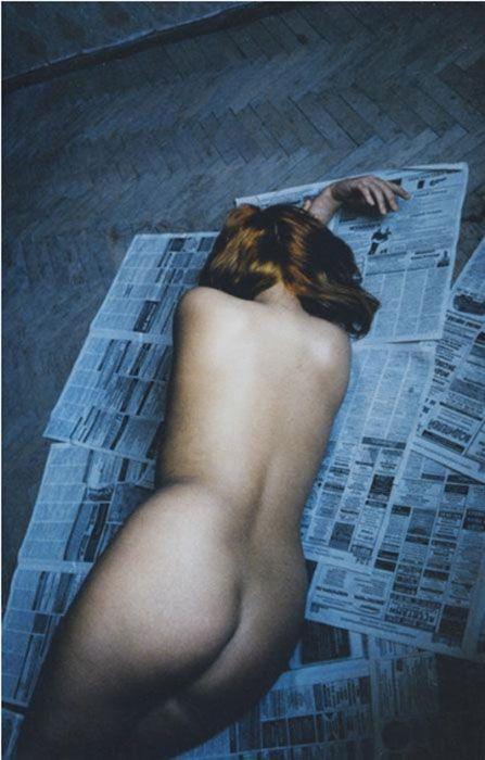 Nu sur journaux, Saint-Pétersbourg, Russie, 2002. Françoise Huguier Étranges beautés Vernissage : jeudi 5 juin, de 18h à 21h Exposition du 5 juin au 2 août 2014 Polka Galerie 12, rue Saint-Gilles, 75003 Paris.