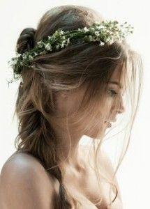 idée coiffure couronne de fleurs mariage cheveux attachés
