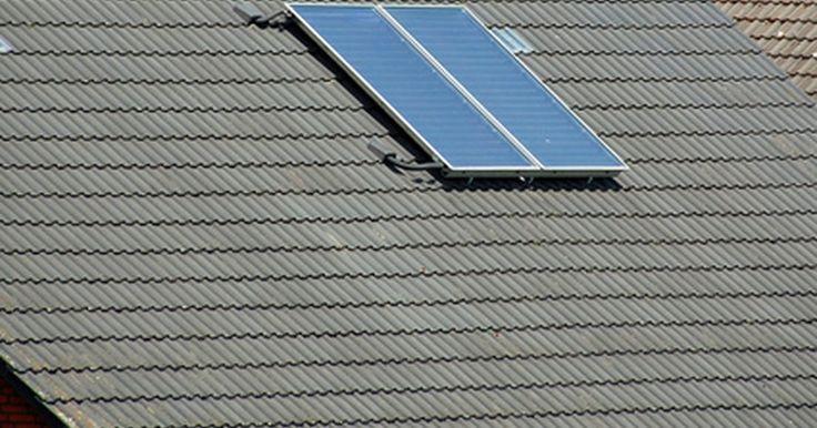 Como utilizar um diodo para impedir a descarga de baterias . Os diodos são utilizados em circuitos eletrônicos para impedirem que a corrente elétrica flua em mais de uma direção. Eles também são utilizados para empurrarem a corrente elétrica de um ponto do circuito até o outro, como no caso de um circuito de carga por energia solar. Quando um diodo é utilizado para controlar a direção do fluxo de corrente, ...