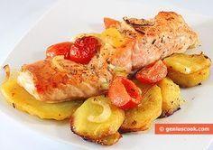 Salmone al forno con patate, cipolle, pomodori | piatto di mare e/o di pesce | Gastronomia Geniale - Ricette di piatti saporiti e utili per la salute