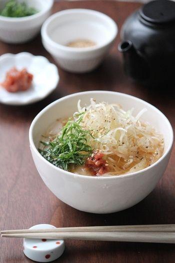 レシピは夏用ですが、麺つゆを温かくすれば冬でもおいしくいただけます。薬味たっぷり、ごま油がポイントです。