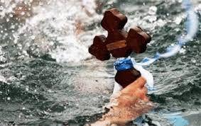 """ΠΡΙΝ ΛΙΓΟ-Κολυμβητές πλακώθηκαν στις """"γρήγορες"""" στον αγιασμό των υδάτων"""