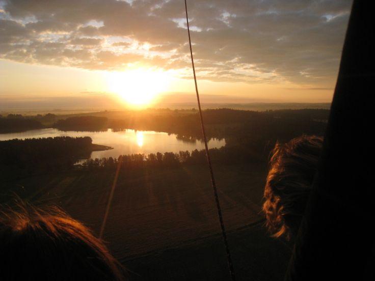 Pohled na vycházející slunce z koše Balon.cz