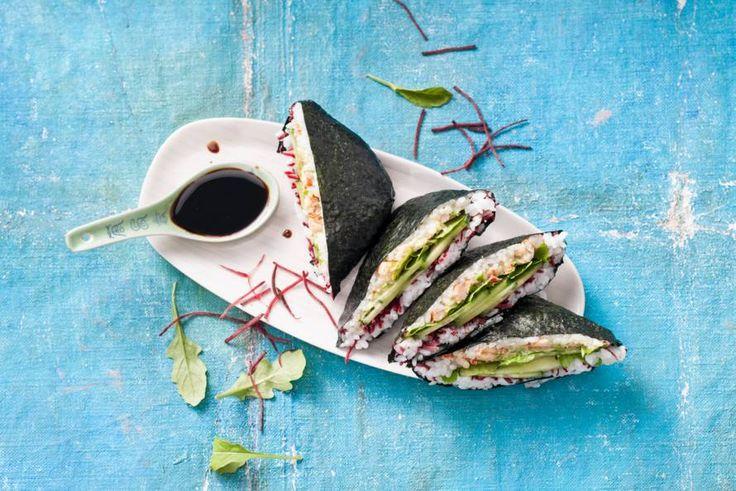 Sushisandwich met rivierkreeftjes en avocado (onigirazu) - Recept - Allerhande - Albert Heijn