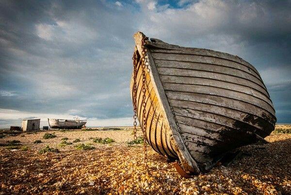 Dungeness si trova lungo la costa sud-orientale dell'Inghilterra con la sua spiaggia è una delle più grandi distese al mondo di ghiaia.spiaggia di Dungeness ha una strana aura su di esso che veramente lo distingue da altre destinazioni del Regno Unito.Direi un composto unicità di un selvaggio, vasto paesaggio con grandi cieli.