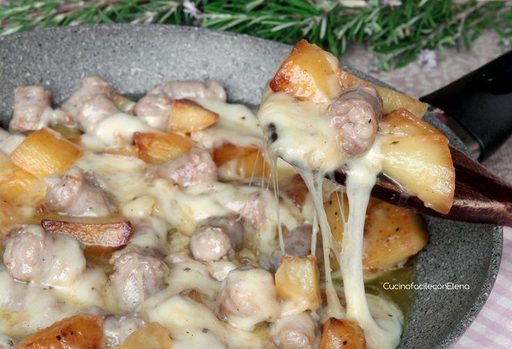 La Salsiccia e Patate filanti in Padella sono un piatto davvero saporito e goloso, semplice e velocissimo da preparare che piace proprio a tutti, va a ruba!