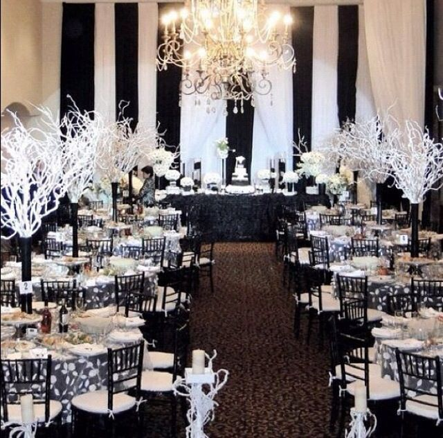 Yo usaria rosas rojas,  mas blanco y dejaria que el negro resaltara elegantemente... :Black and white elegant event decor http://www.mybigdaycompany.com/weddings.html