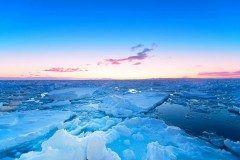 北海道の網走には冬の時期にしか見れない流氷の絶景があります 一面に広がる氷の世界はまさに神秘的 日本では北海道の網走や知床などのオホーツク海側で見られます流氷観光砕氷船に乗って間近にせまる流氷を観察することができるのでぜひ観に行ってみてくださいね tags[北海道]
