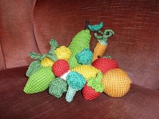 gehaakte groente, voor zoonlief zijn ah winkeltje haken. ( crochet vegetables, with pattern) to go with the sausages :)