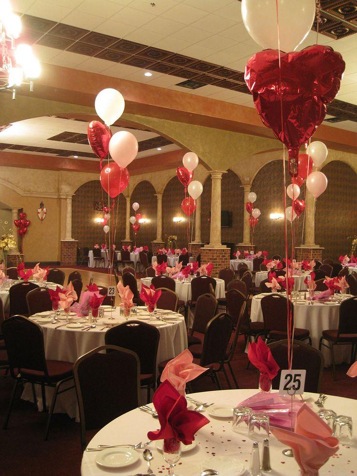 Centros de mesa decorados con globos metalizados con forma de corazón y globos de látex blancos, sencillo y decorativo. #DecoracionAmorYAmistad
