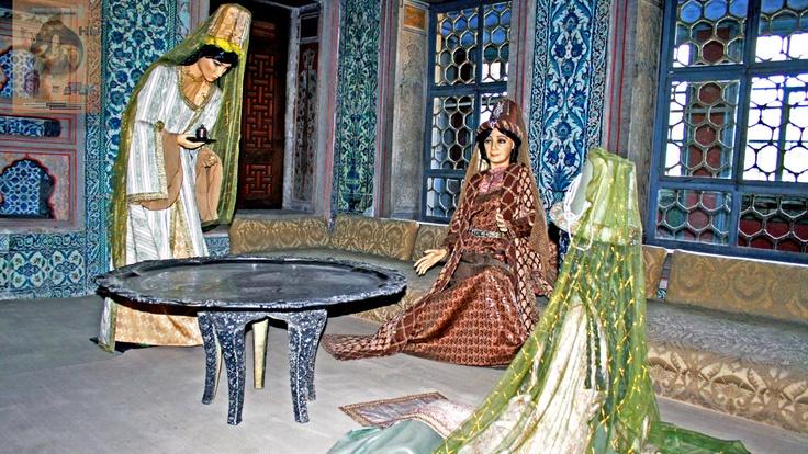 Harem'in en etkili ve yetkili kişisi valide sultandır. Valide Sultan Dairesi, taşlıktan Harem Bahçesi'ne kadar uzanan bir odalar topluluğundan oluşuyor… Çünkü burada, günlük hayatta her türlü ihtiyaç karşılanıyor, gelen misafirler ağırlanıyor, ibadetler eda ediliyordu… Valide Sultan Dairesi genel olarak yüksek kubbeli bir sofa, sofadan daha küçük yatak odası ve dua odasıyla iç içe üç bölümden oluşuyor. Ziyaretçilere açık olan kısmı sadece sofasıdır. Valide sultanlar yemeklerini burada…