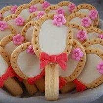 Traktatie - Speciaal voor de meisjes, een liga en lange vinger versierd met een schattig roze bloemetje. Hier wordt ieder meisje toch blij van?