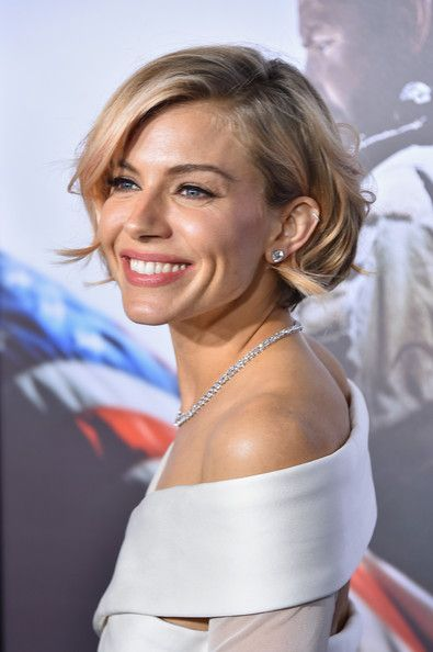 Sienna Miller Photos Photos - Actress Sienna Miller arrives at the 'American Sniper' New York Premiere at Frederick P. Rose Hall, Jazz at Lincoln Center on December 15, 2014 in New York City. - 'American Sniper' Premieres in NYC — Part 2