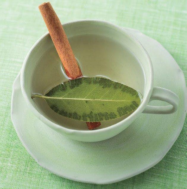 便秘や冷えが解消してダイエット効果も期待できると、「日経ヘルス」でも人気の「白湯」。今回のお薦めは、血流改善を促す作用のある月桂樹(ローリエ)の白湯。「蒸らす」ことで、スーッとした香りを放つのが特徴だ。 教えてくれた看護師の市野さおりさ…