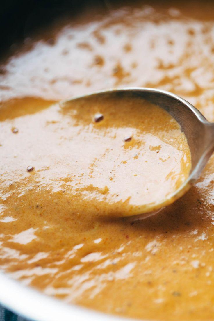 Sauce Masala 30 minutes! fait avec des oignons, l'ail, le curcuma, le cumin, la poudre de chili, le jus de citron, la coriandre, la purée de tomate et le lait de coco. Sauce parfaite pour légumes ou poulet tikka masala! Végétarien / Végétalien | pinchofyum.com