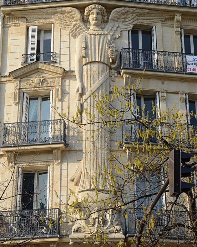 Immeuble sous haute protection ! / Ange. / Angel. / Rue de Turbigo, Paris, France.