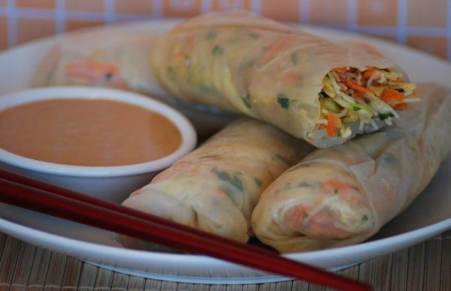 Glutenvrije vega spring rolls met Thaise pindasaus