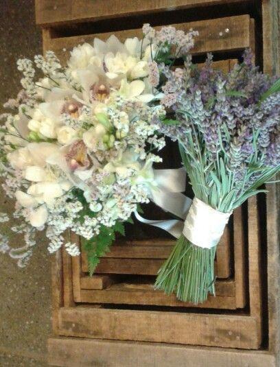 Bouquet da sposa con fresie e cymbidium.  Bouquet damigella con lavanda. Giugno 2015