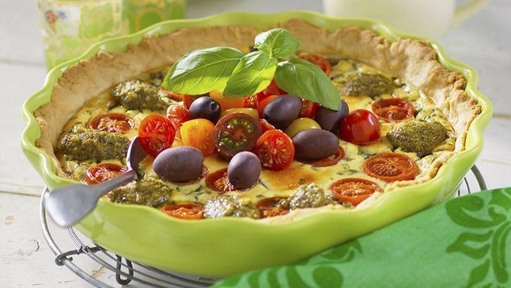 Sugen på en lättlagad lunch? Testa vår läckra tomatpaj med pesto och oliver som för tankarna till Italien. Serverad med en sallad blir pajen snabbt en riktig sommarfavorit!