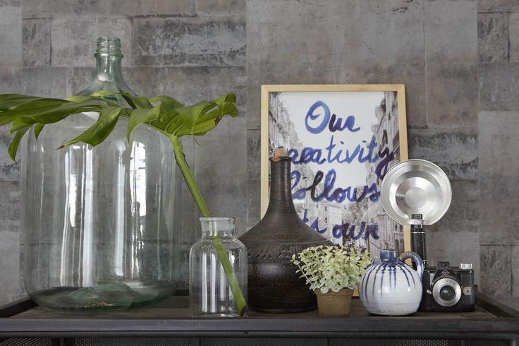 Kleurrijke accessoires met botanische plant. A House of Happiness.