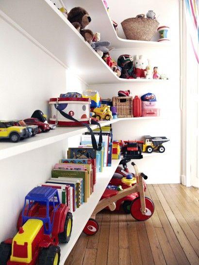 Longues étagères pour ranger jouets et livres, idée de rangement | The Socialite Family