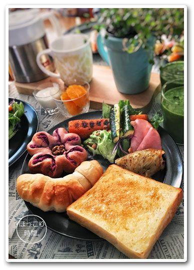 sunday#2017atsuko_plate ✻生クリームのプルマンのバタートースト ❇︎紫芋のパン ❇︎塩バターロール ✻サラダ withアーモンドダイス ❇︎じゃがいものガレット ❇︎ズッキーニと人参のソテー ✻オレンジ ✻ヨーグルト ✻小松菜と甘酒のスムージー ✻カフェオレ