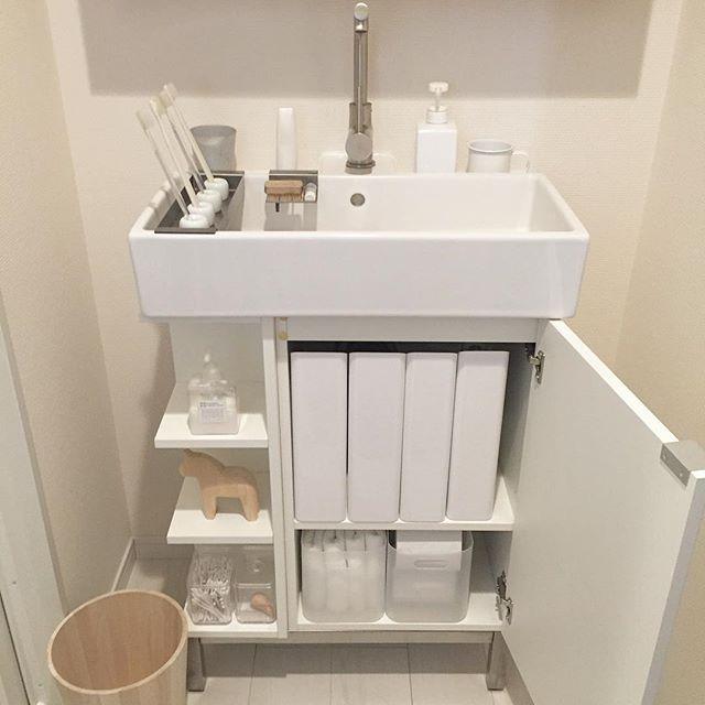 2016.3.31☁︎ . . キャプションの出だしってどんな風に書いてたっけ?と戸惑う… ずいぶんご無沙汰してしまって… . . . 目まぐるしい日々を送っていました。 昨日久々に旦那さんと同じ休みになり、IKEAに行ってきました。 . . 洗面台の下部分の写真です。 . IKEAのマガジンファイルを追加購入しました。 4つ並べて、ぴしゃりと入ってホッとしています。 . . 中には、ドライヤー、ひげそり、ヘアワックスヘアスプレーなどを収納。 ドライヤーも本当は、無印の白が欲しい… でも壊れてないし。 かといって、派手なボディにコンセントが見えるのがどうしても気になって、こちらのマガジンファイルにたどり着きました。 . . 無印や100均の半透明のボックスも、中身がなんとなく分かりやすいメリットと、パッケージの色がごちゃごちゃするデメリットを合わせ持つ、難しいアイテムでもある… これに入れるのは、出来れば、白いものが良いなぁ。 なので、手拭き白タオルとトイレペーパーのストックを。…