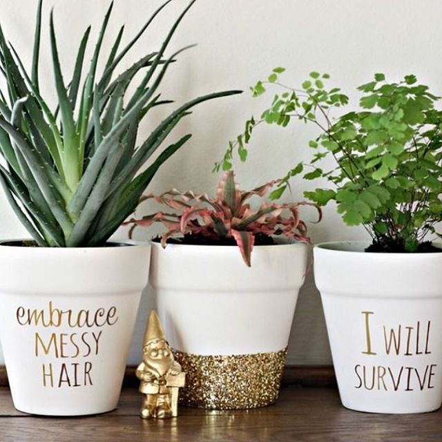 Vasos de cerâmica repaginados você pode fazer com tinta branca, glitter e caneta permanente dourada. (Via: Pinterest) #decorarmaispormenos #euamodecorar #inspiração #diy #diydecor #façavocêmesmo #pinterest