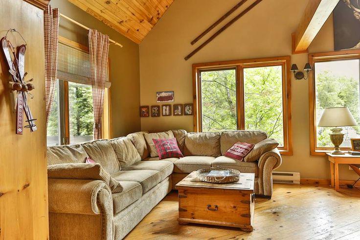 Maison à Mont-Tremblant, Canada. Bienvenue Ironman ! Magnifique chalet en bois directement au bord du Lac Fortier ,3km du  centre-ville, 10km de la montagne, inclus 2 apts, 2 foyers, 2 cuisines,  mezzanine. Idéal pour 2 familles, 10 pers. Boisé, calme, sans voisins,... paradis !