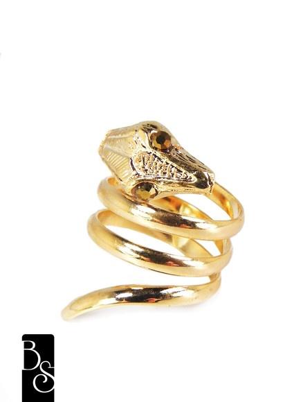 Anel de cobra, em banho dourado. R$29,00