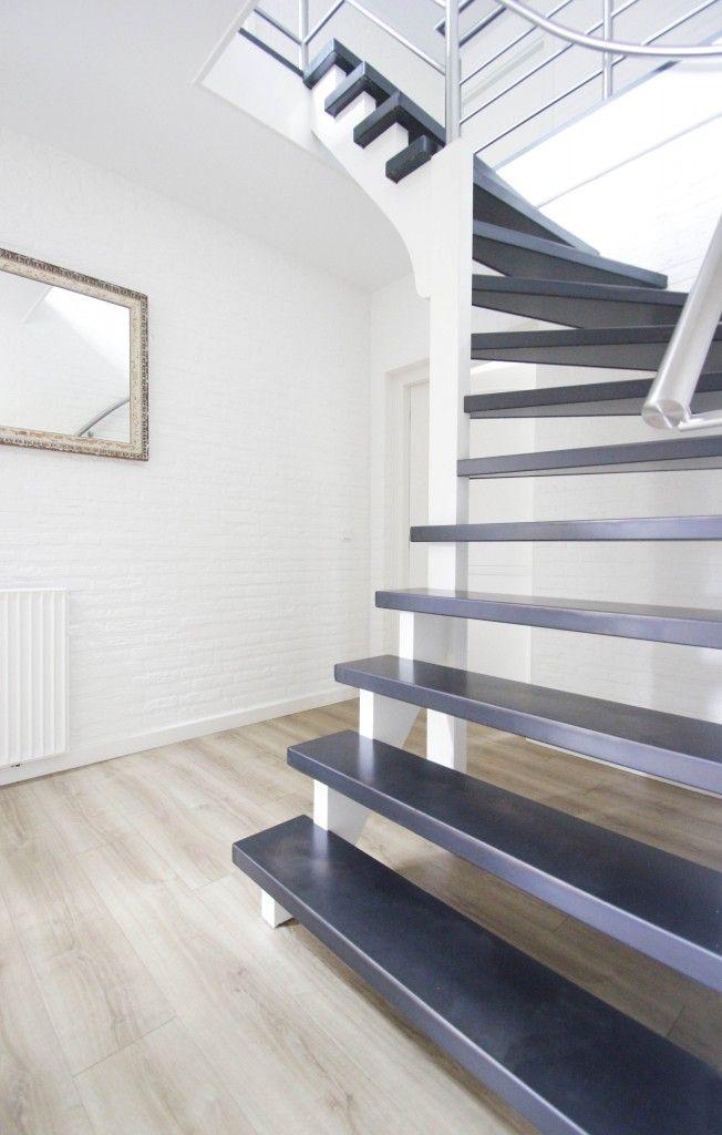 De trap is een opvallend element in huis, zeker als de trap midden in een ruimte staat. Maar ook trappen in een gang, entree of achter een deur zijn bepalend...