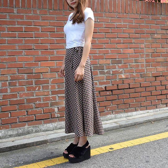サラッとした生地感で着心地も◎なラップスカート😚💓💭 今の季節から秋までOKです👌💕 . ●tops・・・VネッククロップトップTシャツ(Y-t-388) ●skirt・・・スクエアパターンラップロングスカート(Y-k-388) ●shoes・・・クロスファーバックルベルトヒールサンダル(JS-6043)  #yellow#fashion#ootd#shopping#outfit#daily#korea#skirt#f4f#instafashion#instagood#coordinate#ファーサンダル#ラップスカート#ファッション#コーデ#今日の服#韓国ファッション#韓国#한국#패션#옷#옷스타그램#오오티디