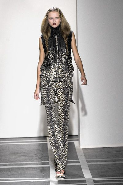 Givenchy at Paris Fashion Week Spring 2011 - Runway Photos