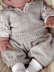 The pattern gives the explanations for a unisex vest and loose shorts, which can easily be customized by modifying the colors, either for a baby boy or a baby girl. The possibilities are infinite !
