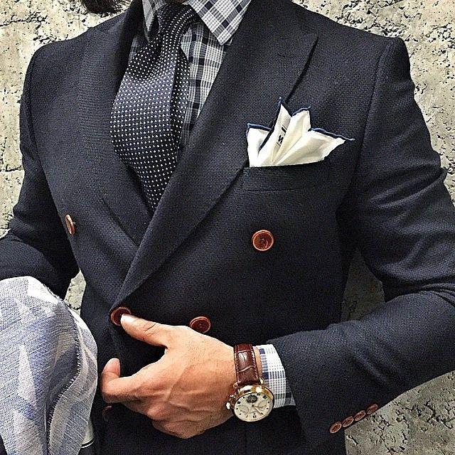 Acessórios clássicos, como o lenço e o relógio, dão um toque especial na produção. Vale investir! #menswear