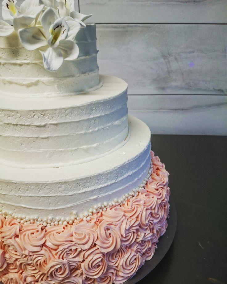 Biało różowy tort weselny