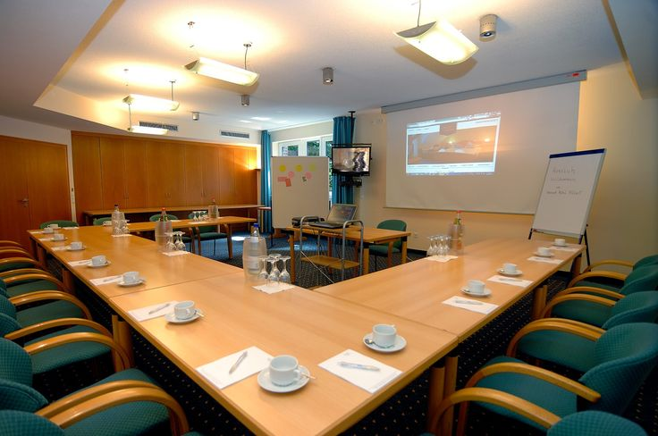 Vom kleinen Seminar bis zur großen Tagung bieten wir unterschiedliche Räumlichkeiten mit moderner Technik. Zum professionellen und erfolgreichen Ablauf möchten wir beitragen. 4 Tagungs- und Arbeitsräume bis zu 65 Personen und 4 Penthouse - Suiten für den exklusiven Rahmen stehen Ihnen zur Verfügung.