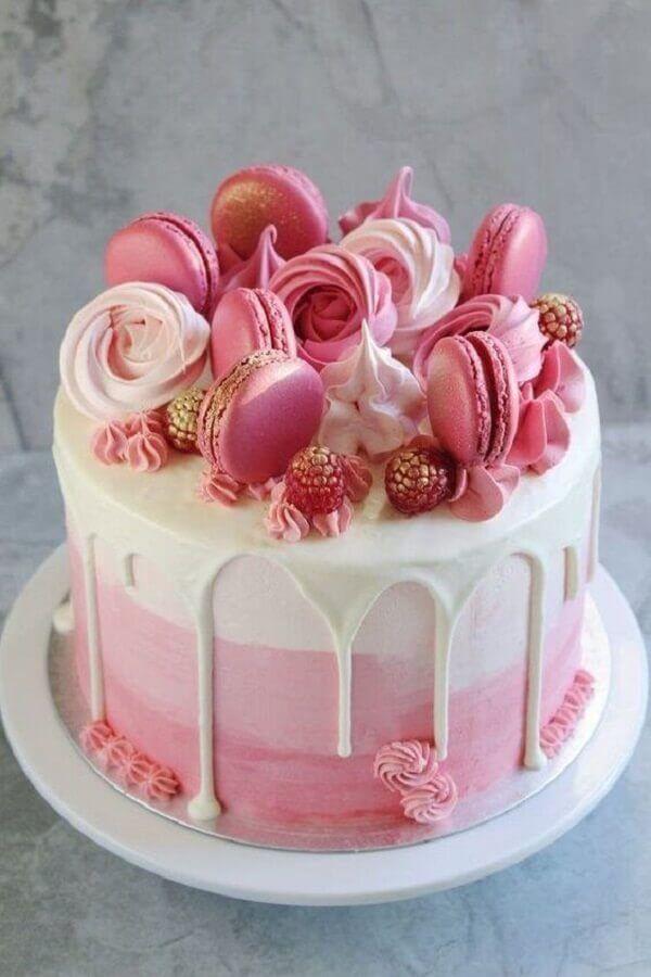 decoração de bolo de aniversário cor de rosa com suspiros e macarons #bolo #b…  – BOLOS CONFEITADOS