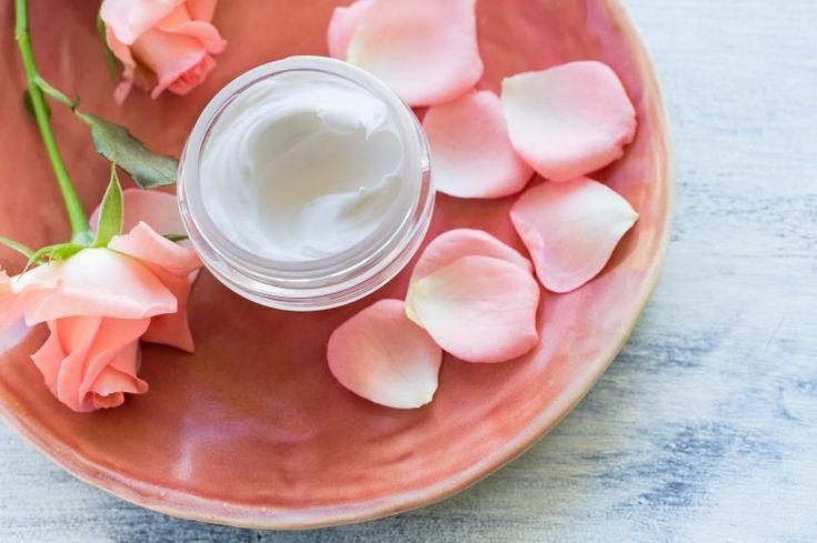Cómo hacer cremas caseras para el cuerpo. Uno de los mejores remedios caseros para mantener una piel sana y bien cuidada es, sin lugar a dudas, una buena crema hidratante. Existen diversas cremas corporales con múltiples propiedades que ayuda...