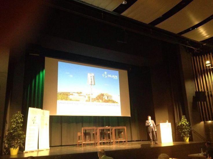 "Iñaki Eguizábal presentando la ponencia ""Success Story: application of small wind in truly urban-inhabited sites"""