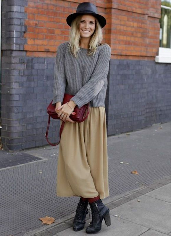 Comment porter une jupe camel >> http://www.taaora.fr/blog/post/idee-look-jupe-longue-maxi-marron-beige-pull-gris-cotele-rayures-bottines-talon-lacets #look #outfit #streetstyle