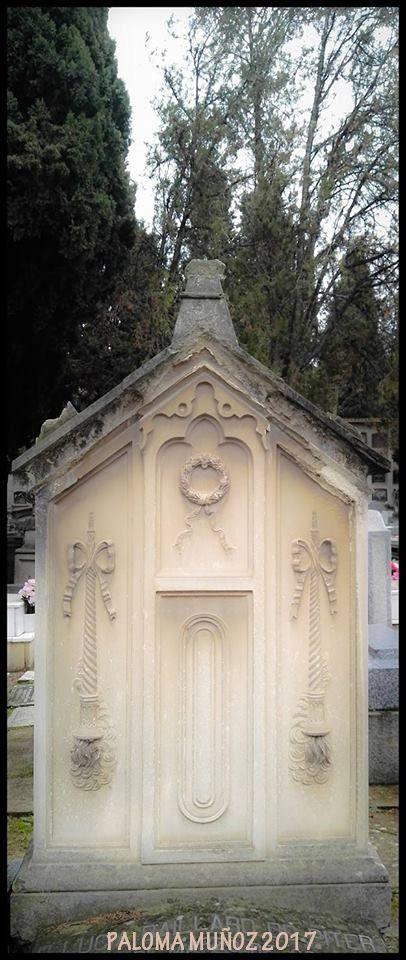 Bello ejemplo de monumento funerario al estilo neoclásico. Funeral art Beautiful example of funerary monument in neoclassical style