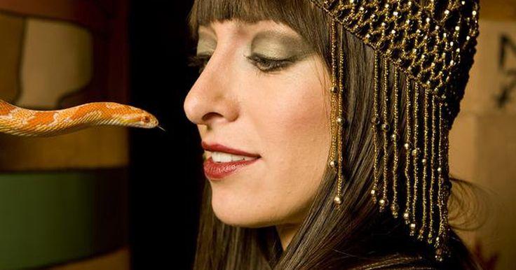 Cómo hacer un disfraz de Cleopatra sin tener que coser. El de Cleopatra es un gran disfraz para usar en Noche de Brujas y es muy fácil de hacer en casa sin coser nada. Las partes importantes del disfraz de Cleopatra son los accesorios, por lo tanto, comienza con un vestido básico y adórnalo con algunas joyas doradas falsas. Muy pronto serás la Reina del Nilo.