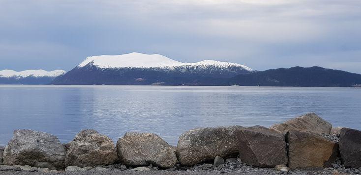 Snøen gnistrer på fjellet i Norge. Mountains in sunshine #Norway
