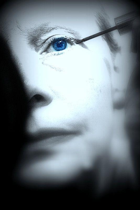 Eye liner étoilée  Les étoiles restent accrochées au bord de mes cils pour éclairer un regard emprisonné dans l'ombre..