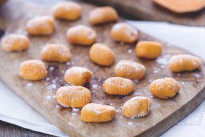 Gli gnocchi di zucca, un ottimo primo piatto autunnale dal sapore delicato e leggermente speziato: sono a base di zucca, patate, farina e uova.