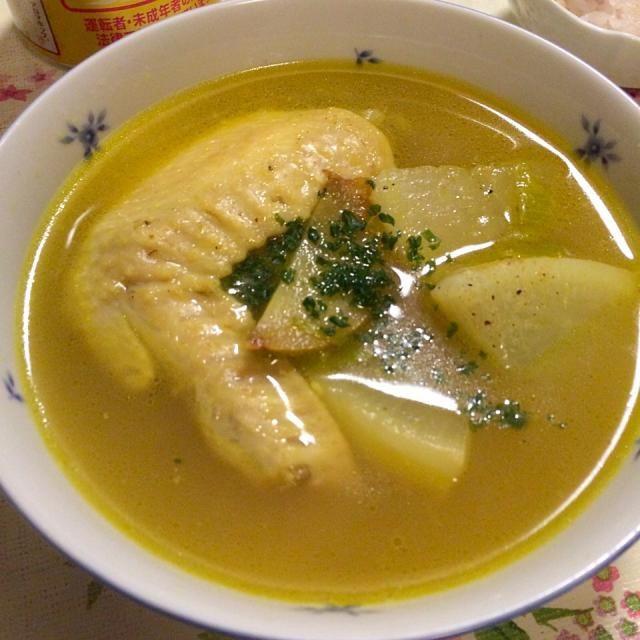 生姜、ネギ、手羽先、大根、大根の葉で煮込んで、塩、コショウ、カレー粉で味付け。 足りなかったら鶏ガラスープで味を整えて 次の日はコラーゲンでスープがプルプルに固まってました✌️ - 8件のもぐもぐ - お肌プルプルカレー風味の手羽先のコラーゲンスープ✨ by apsara
