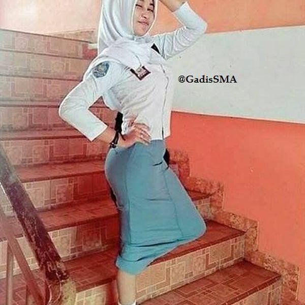 Photo Gadis SMA Berkerudung di Sekolah