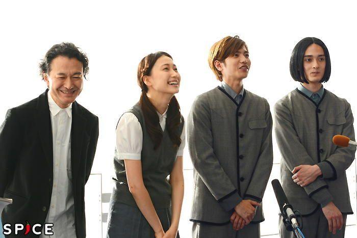 志尊淳主演『春のめざめ』開幕、演出家・白井晃の濃密で透明なギムナジウム