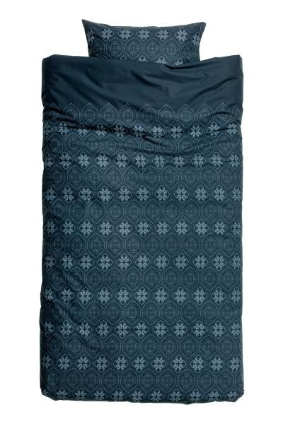 Patterned duvet cover set: Single duvet cover set with an all-over print on fine-threaded cotton in 30s yarn with a thread count of 144. The duvet cover fastens at the bottom with concealed metal press-studs. One pillowcase.